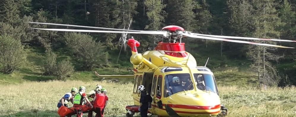 In gita con amici dal rifugio Calvi a Carona  Cade sul sentiero, soccorso dall'elicottero