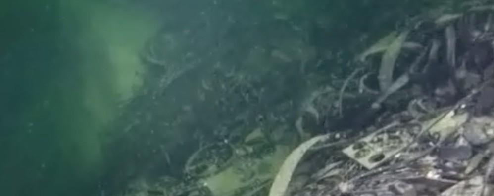 Lago d'Iseo, cimitero d'auto e mille ordigni Una «piramide» di guarnizioni alta 50 metri