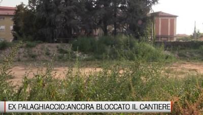 L'ex palazzetto della Malpensata bloccato: il cantiere è divetato una giungla