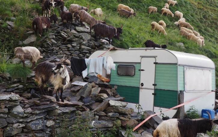 Roulotte-baita a 2 mila metri di quota Vita da pastori in Alpe Grabiasca