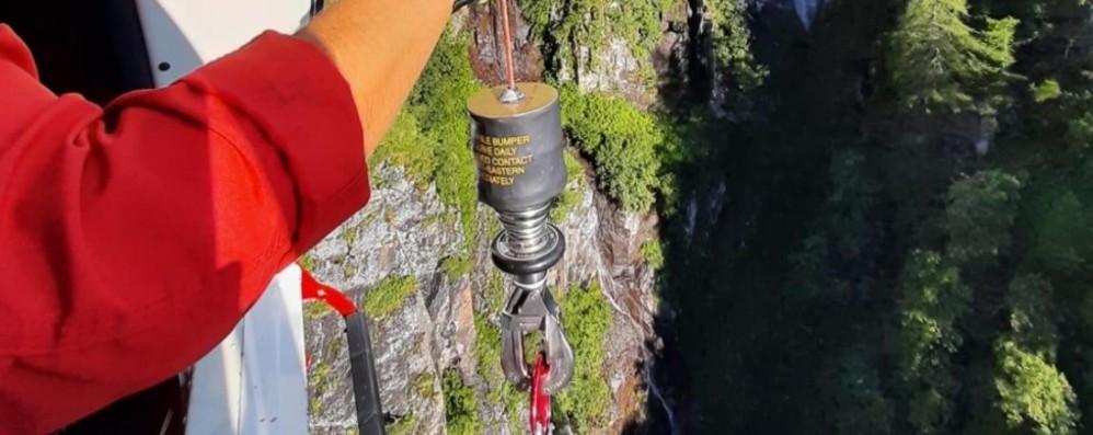 Si fa male mentre è in gita in montagna Caviglia lussata, in azione l'elicottero