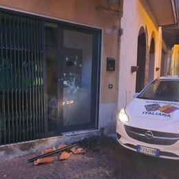 Tenta una spaccata al negozio di cannabis Sarnico, bloccato mentre rompe la vetrina