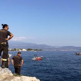 Pesca in apnea, annega nel lago a 41 anni Garda, tragedia sotto gli occhi della moglie