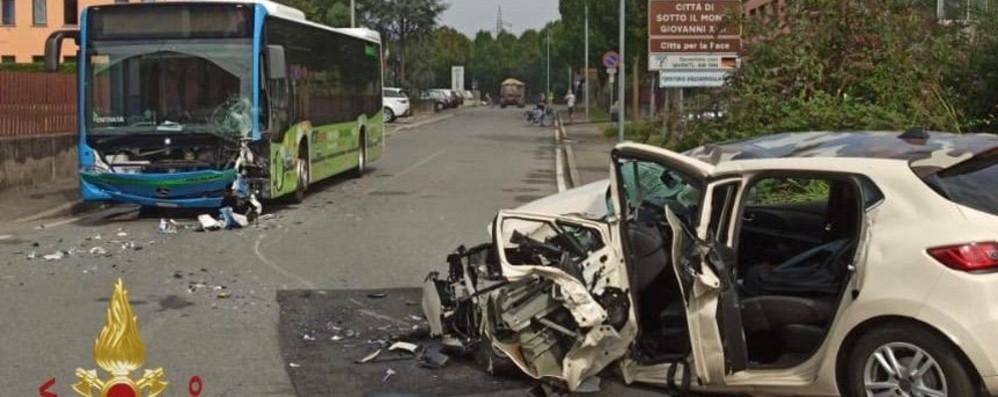 Frontale auto-bus a Sotto il Monte Un ferito, arriva l'elisoccorso - Foto