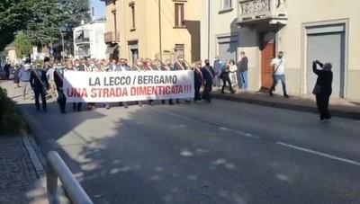 Lecco- Bergamo, la strada dimenticata La protesta dei sindaci a Cisano