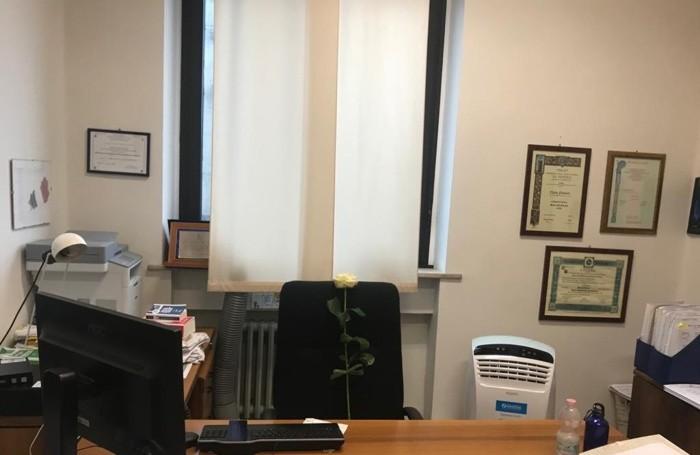 La rosa bianca posta dai colleghi sulla sedia dell'ufficio di Nicola Preteroti