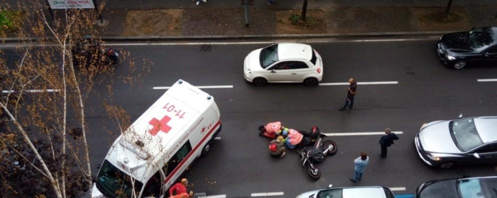 Scivola con la moto sull'asfalto bagnato Ferita una studentessa in via Bonomelli