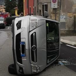 Si ribalta con l'auto in via Maironi da Ponte Bergamo, illesa ragazza di 18 anni
