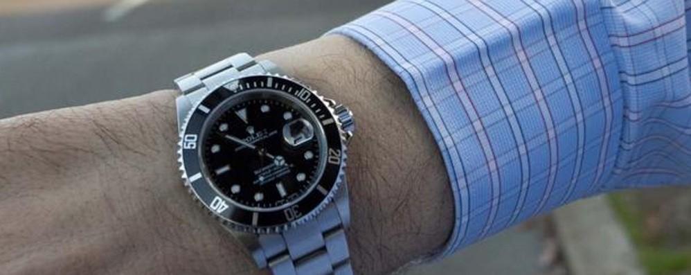 Un «abbraccio» per rubargli il Rolex Ma l'anziano non ci casca: due nei guai