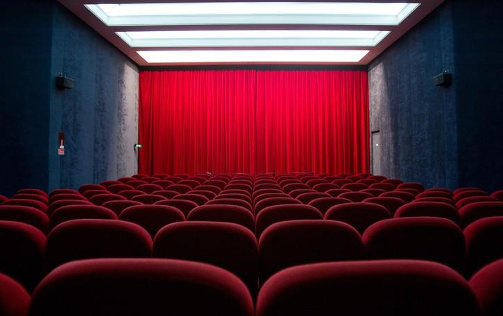 Il dilemma di Caudano: al cinema con la giovane collega, o Lazio-Atalanta? Il professore, al bivio, sceglie...