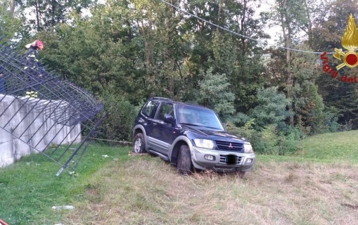 Sfonda una recinzione e finisce nel prato Al volante del fuoristrada un 59enne, illeso