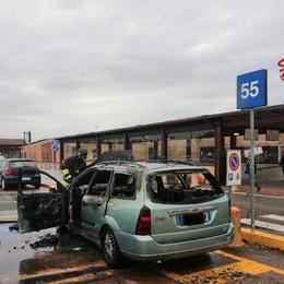 Paura all'Iper: Ford s'incendia nel parcheggio. Illeso 75enne