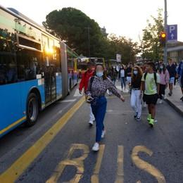 Bus affollati e studenti a piedi In provincia fioccano le proteste