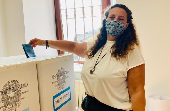 Foto del candidato sindaco Stefania Siviero mentre vota in un seggio a Mezzoldo