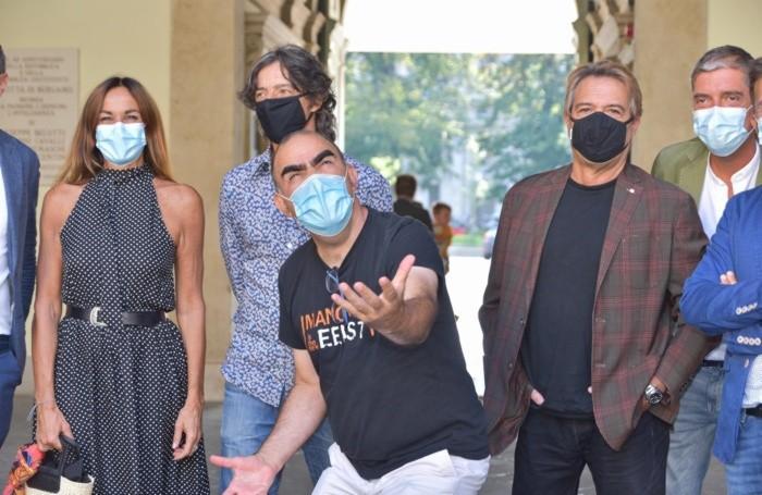 Il gruppo che ha dato vita all'iniziativa formato da Cristina Parodi, Elio delle Storie Tese, il trio Medusa con il sindaco Gori Giorgio a Bergamo, 15 Settembre 2020 Tiziano Manzoni /ANSA