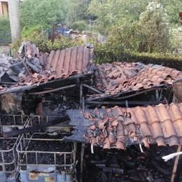Fiamme e scoppio a Montello Distrutto capanno in giardino - Foto