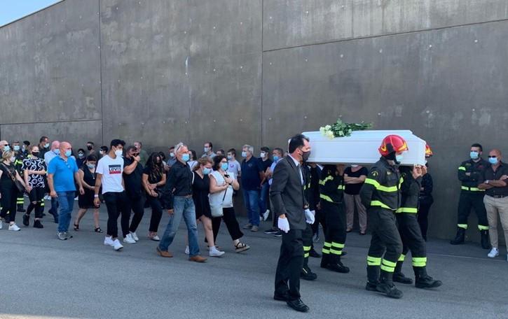 Il feretro portato dai Vigili del fuoco Cavernago, folla ai funerali di Matteo