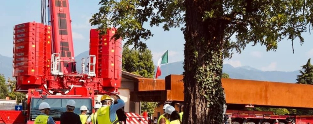 Il «varo» della nuova passerella sul Serio  Tre giorni di lavori e stop al traffico