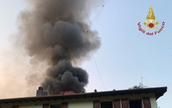 Incendio in una casa di Villa di Serio - Foto In fiamme oltre 150 metri quadrati di tetto