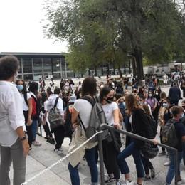 Qualche assembramento all'ingresso Scuola, il rientro dei 200mila - Foto