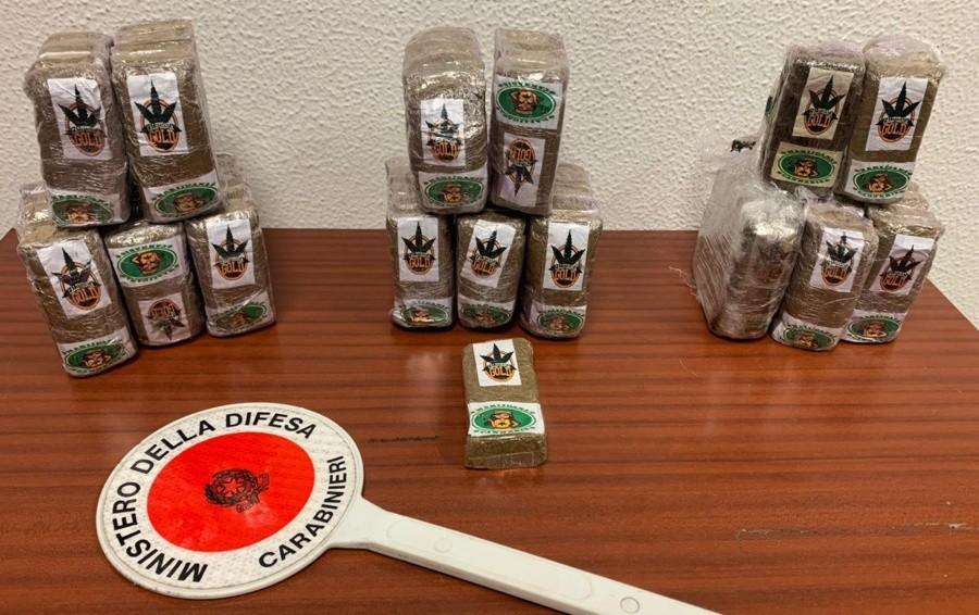 Tenta di fuggire all'alt dei Carabinieri Fermato con 7 chili di droga in due auto
