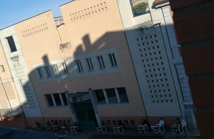 Fuori dal Liceo Mascheroni