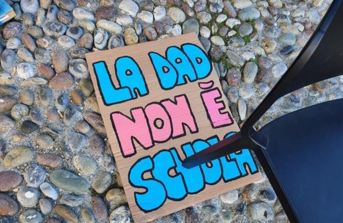 La protesta fuori dal Liceo Sarpi