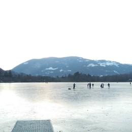 Endine, divieto di andare sul ghiaccio Sabato sul lago c'era chi pattinava - Foto