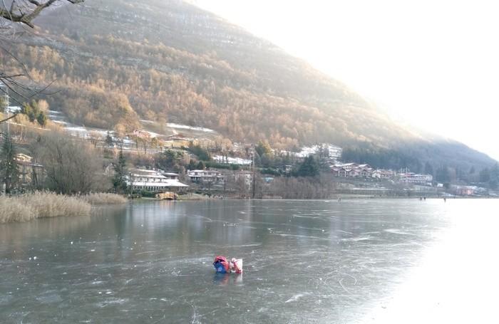 Il lago ghiacciato, in uno scatto di sabato 16 gennaio