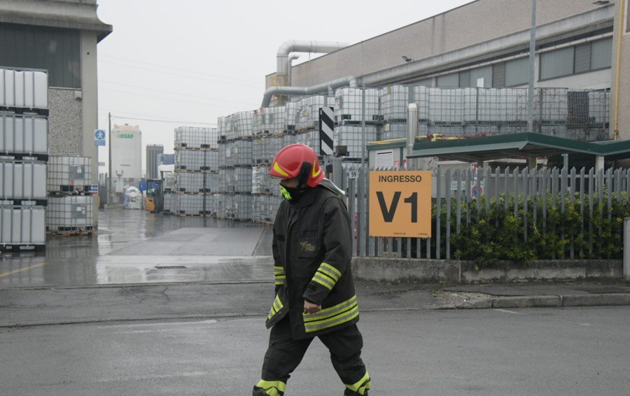 I Vigili del fuoco in azione a Cologno, in via delle Industrie 61 per un incidente sul lavoro