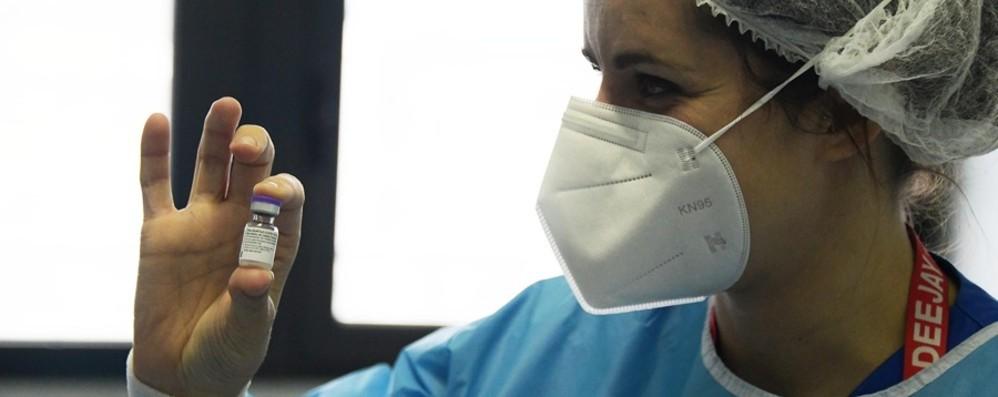 Ritardi e tagli Pfizer, serve riprogrammare Vaccini, slitta l'avvio per gli over 80