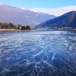 Endine, lo spettacolo del lago ghiacciato Con la zona rossa pochi pattinatori -Foto