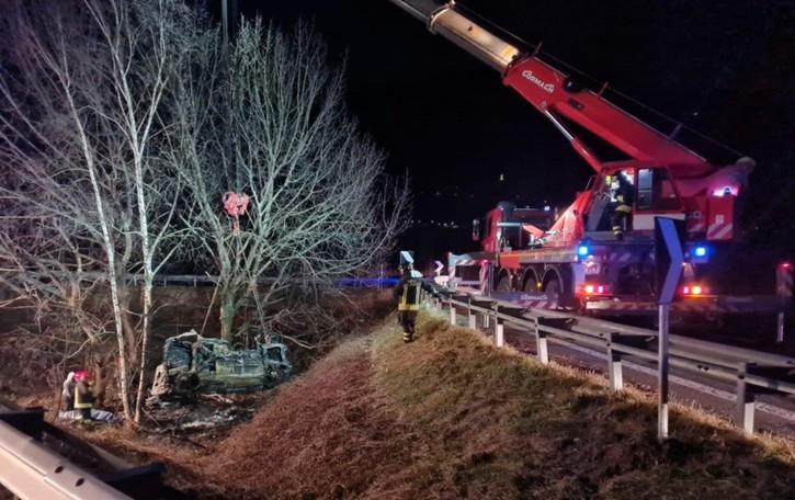Esce di strada con la sua macchina L'auto va a fuoco, muore 55enne di Rogno