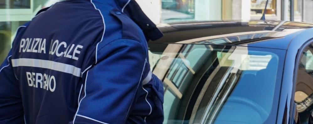 Investe un agente della Polizia locale Bergamo, fermato 36enne in motorino