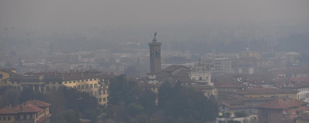 Smog, aria cattiva in tutta la Lombardia Da venerdì in vigore le limitazioni al traffico