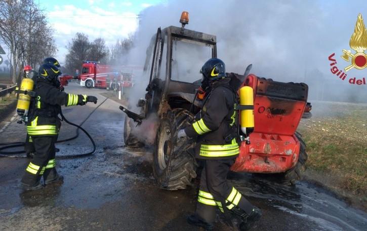 Sollevatore telescopico in fiamme Vigili del fuoco a Cavernago - Foto e video