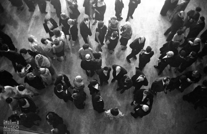 Spettatori nel foyer del Teatro Donizetti (1967) ©MUSEO DELLE STORIE DI BERGAMO, ARCHIVIO FOTOGRAFICO SESTINI, FONDO PEPI MERISIO