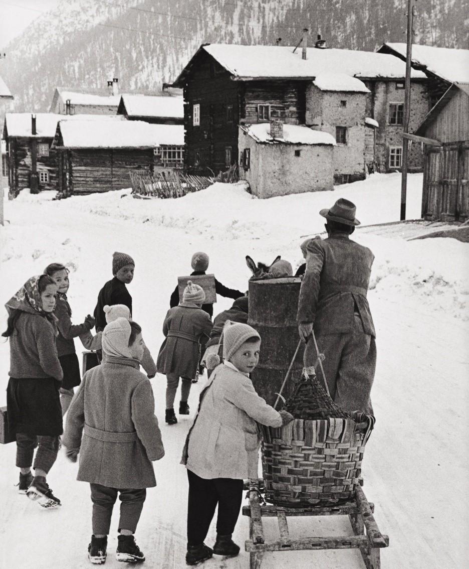 Livigno, «Ritorno da scuola», 1961 FOTO PEPI MERISIO / MUSEO DELLA FOTOGRAFIA «SESTINI» © Mostra Pepi Merisio 2019