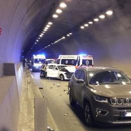 Scontro nella galleria Montenegrone Due auto coinvolte, traffico rallentato