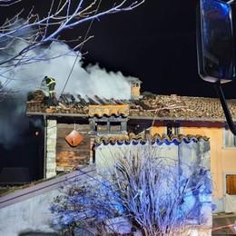 Clusone,  in fiamme il tetto di una cascina Oltre 4 ore per spegnere l'incendio - Foto