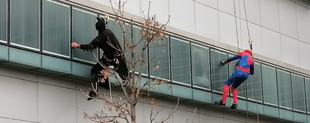 C'è Batman alla finestra che saluta - Video  Sorpresa per i bimbi ricoverati in ospedale