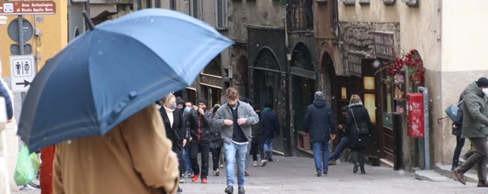 Foppolo, neve e scarsa visibilità in quota Timidi fiocchi anche in città - Le foto