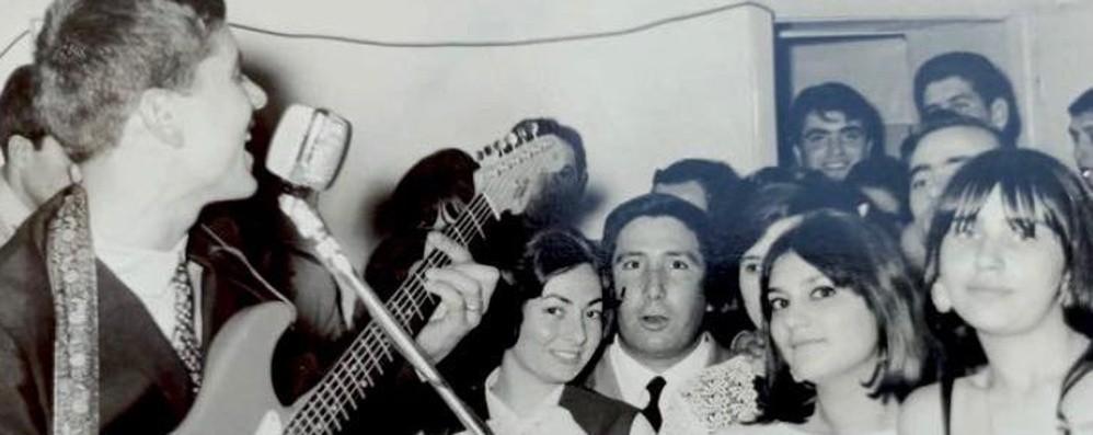 Gianni Morandi ai fan bergamaschi: «Chi si riconosce in questa foto del '68?»