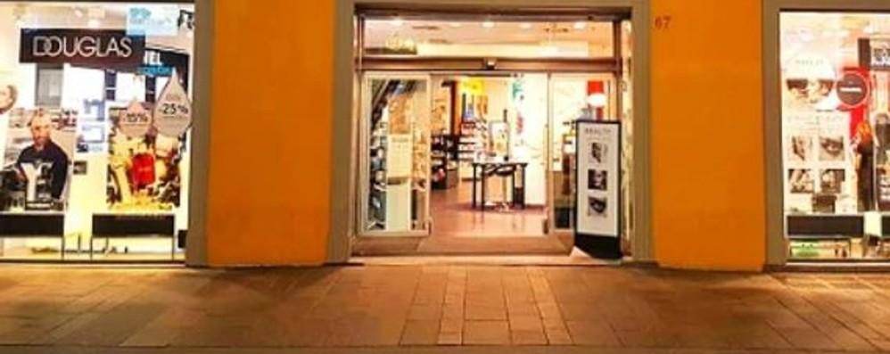 A rischio chiusura le profumerie Douglas C'è anche uno dei 6 negozi di Bergamo
