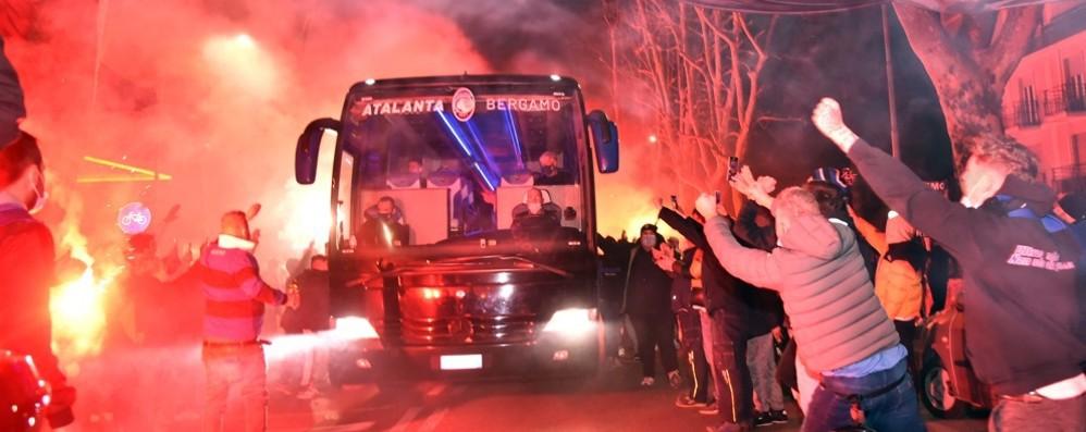 Atalanta, centinaia di tifosi fuori dallo  stadio. Cori, bandiere e fumogeni