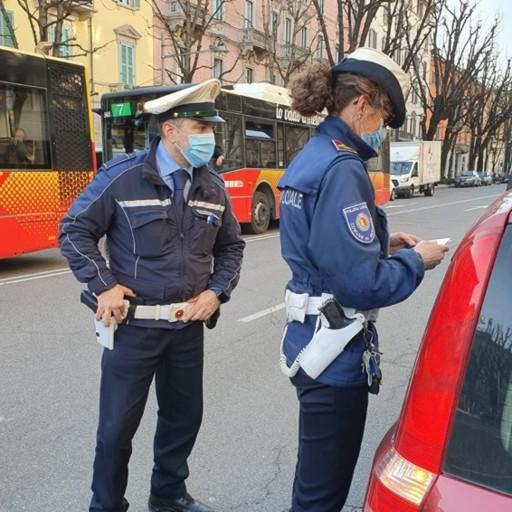 Automobilisti al cellulare a Bergamo Dieci sanzioni in cinque ore