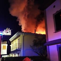 Brucia il tetto a Grassobbio Vigili del fuoco in azione - Foto