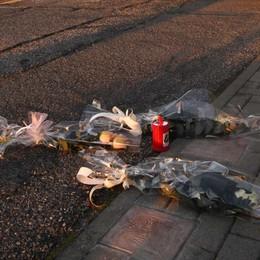 Commemorazione tragedia di Pioltello Prende a calci i fiori per le vittime, denunciato