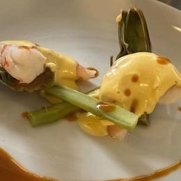 Dalla cucina francese un piatto delicato Gamberoni con salsa di senape e carciofi
