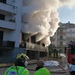 Fumo e fiamme in un appartamento Oltre il Colle, nel rogo muore un 45enne
